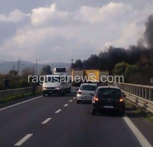 https://www.ragusanews.com/resizer/resize.php?url=https://www.ragusanews.com//immagini_articoli/25-11-2016/1480071397-2-gravissimo-incidente-sulla-ragusa-catania.jpg&size=521x500c0