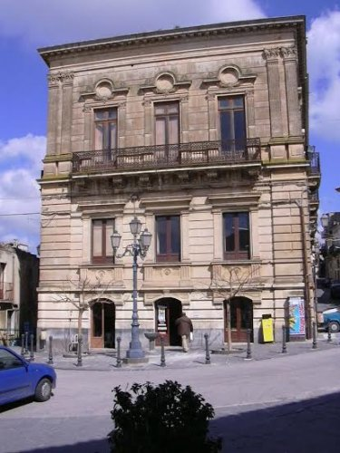 https://www.ragusanews.com/resizer/resize.php?url=https://www.ragusanews.com//immagini_articoli/26-03-2019/1553587139-1-il-castello-di-acate-e-palazzo-cocuzza-a-finanziamento.jpg&size=375x500c0