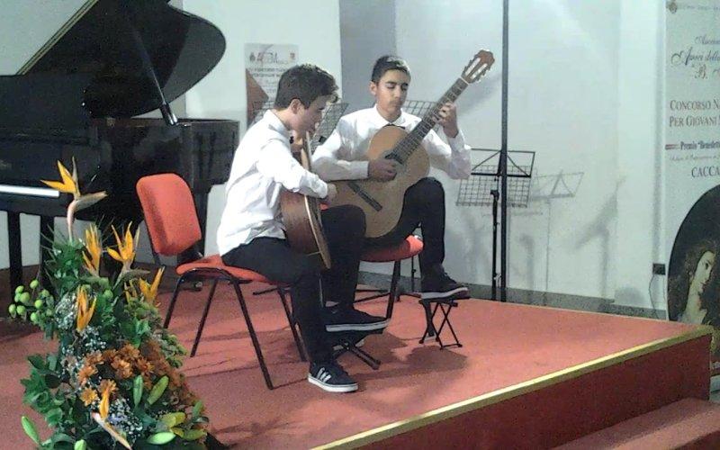 https://www.ragusanews.com/resizer/resize.php?url=https://www.ragusanews.com//immagini_articoli/26-04-2016/1461678408-0-chitarra-un-premio-per-il-duo-garofalo-ingarao.jpg&size=800x500c0