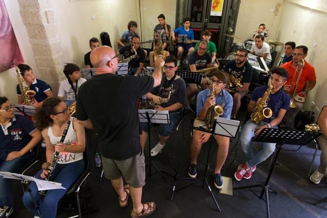 https://www.ragusanews.com/resizer/resize.php?url=https://www.ragusanews.com//immagini_articoli/26-06-2014/1403772828-1-le-lezioni-di-cattano-e-il-vittoria-rotary-jazz-award.jpg&size=751x500c0