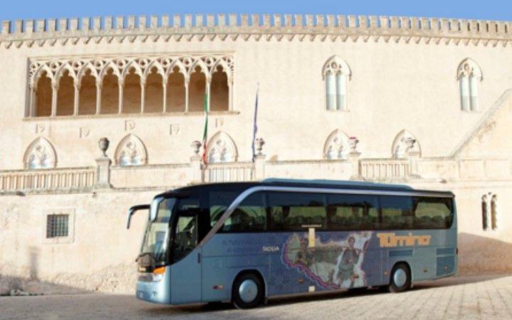 https://www.ragusanews.com/resizer/resize.php?url=https://www.ragusanews.com//immagini_articoli/26-06-2015/1435314954-0-non-c-e-un-bus-che-colleghi-ragusa-al-castello-di-donnafugata.jpg&size=799x500c0