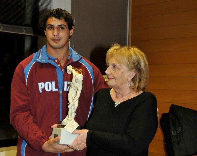 https://www.ragusanews.com/resizer/resize.php?url=https://www.ragusanews.com//immagini_articoli/26-12-2013/1396118360-trofeo-padua-premio-atleta-dellanno-a-mirko-amenta.jpg&size=634x500c0