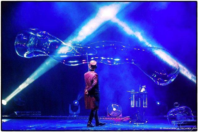 https://www.ragusanews.com/resizer/resize.php?url=https://www.ragusanews.com//immagini_articoli/26-12-2014/1419596762-1-bolle-di-sapone-al-teatro-garibaldi.jpg&size=751x500c0