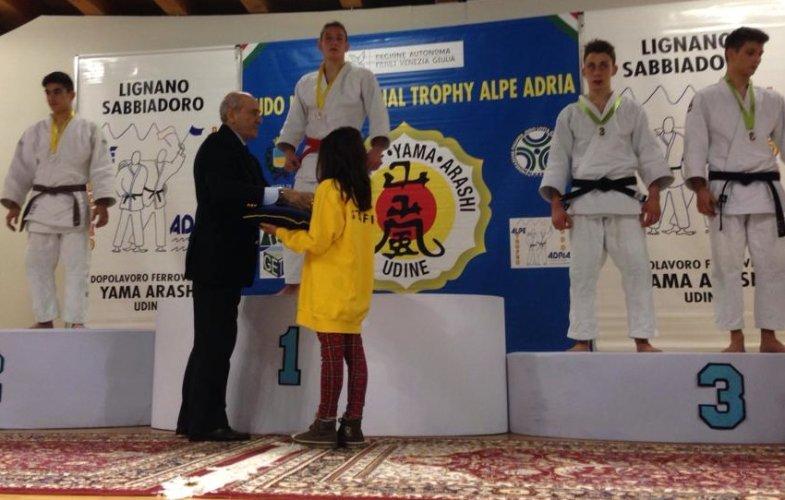 https://www.ragusanews.com/resizer/resize.php?url=https://www.ragusanews.com//immagini_articoli/27-01-2014/1396118102-judo-koizumi-al-torneo-alpe-adria.jpg&size=785x500c0