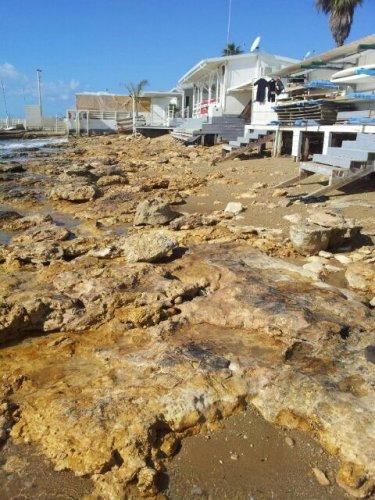 https://www.ragusanews.com/resizer/resize.php?url=https://www.ragusanews.com//immagini_articoli/27-01-2015/1422360630-1-matina-di-ragusa-la-spiaggia-rosicata-dal-mare.jpg&size=375x500c0