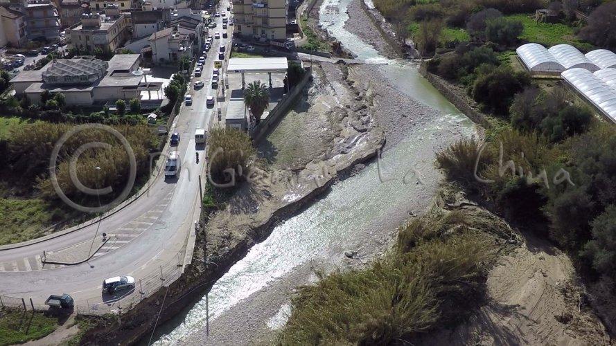 https://www.ragusanews.com/resizer/resize.php?url=https://www.ragusanews.com//immagini_articoli/27-01-2017/1485515990-1-fiumara-prima-dopo-alluvione.jpg&size=889x500c0