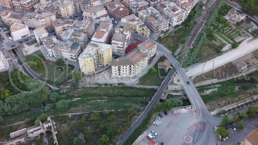 https://www.ragusanews.com/resizer/resize.php?url=https://www.ragusanews.com//immagini_articoli/27-01-2017/1485516150-1-fiumara-prima-dopo-alluvione.jpg&size=889x500c0