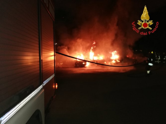 https://www.ragusanews.com/resizer/resize.php?url=https://www.ragusanews.com//immagini_articoli/27-07-2018/1532680059-1-incendio-ristorante-fuoco-undici-ford.jpg&size=667x500c0