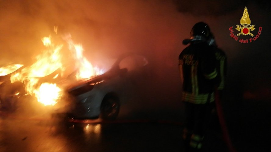 https://www.ragusanews.com/resizer/resize.php?url=https://www.ragusanews.com//immagini_articoli/27-07-2018/1532680581-1-incendio-ristorante-fuoco-undici-ford.jpg&size=889x500c0