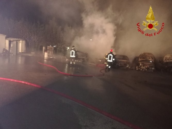 https://www.ragusanews.com/resizer/resize.php?url=https://www.ragusanews.com//immagini_articoli/27-07-2018/1532688564-1-incendio-ristorante-fuoco-undici-ford.jpg&size=667x500c0