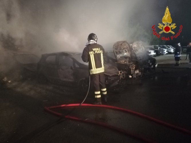 https://www.ragusanews.com/resizer/resize.php?url=https://www.ragusanews.com//immagini_articoli/27-07-2018/1532688564-2-incendio-ristorante-fuoco-undici-ford.jpg&size=667x500c0