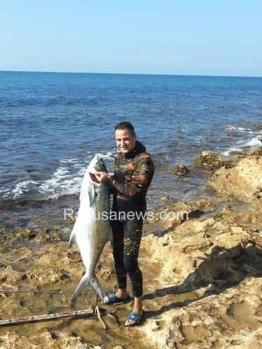 https://www.ragusanews.com/resizer/resize.php?url=https://www.ragusanews.com//immagini_articoli/27-10-2013/1396118791-ho-preso-un-pesce-di-30-chili-a-cava-daliga.jpg&size=375x500c0