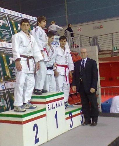 https://www.ragusanews.com/resizer/resize.php?url=https://www.ragusanews.com//immagini_articoli/28-04-2012/1396122159-judo-angelo-vilardo-e-argento-a-genova.jpg&size=408x500c0