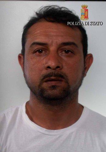 https://www.ragusanews.com/resizer/resize.php?url=https://www.ragusanews.com//immagini_articoli/28-04-2017/1493364581-1-rumeni-caseggiato-arresti.jpg&size=349x500c0