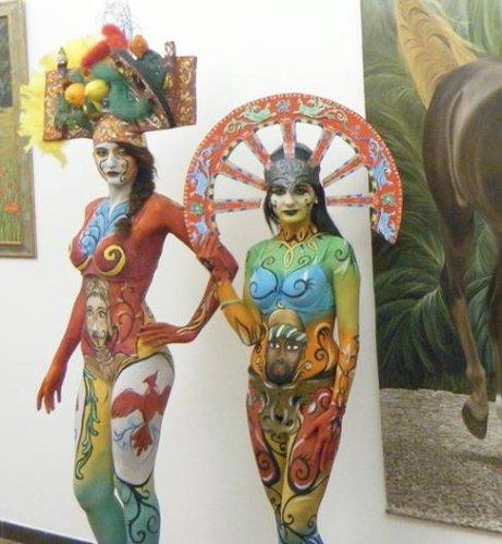 https://www.ragusanews.com/resizer/resize.php?url=https://www.ragusanews.com//immagini_articoli/28-05-2015/1432796985-2-l-arte-dei-carradores-sul-corpo-di-avvenenti-modelle.jpg&size=461x500c0