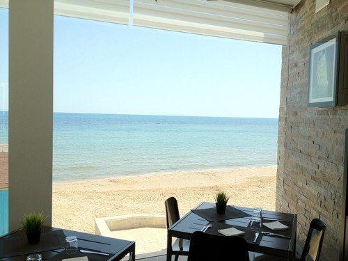 https://www.ragusanews.com/resizer/resize.php?url=https://www.ragusanews.com//immagini_articoli/28-07-2014/1406539467-0-sand-restaurant-davanti-al-mare-di-montalbano.jpg&size=667x500c0
