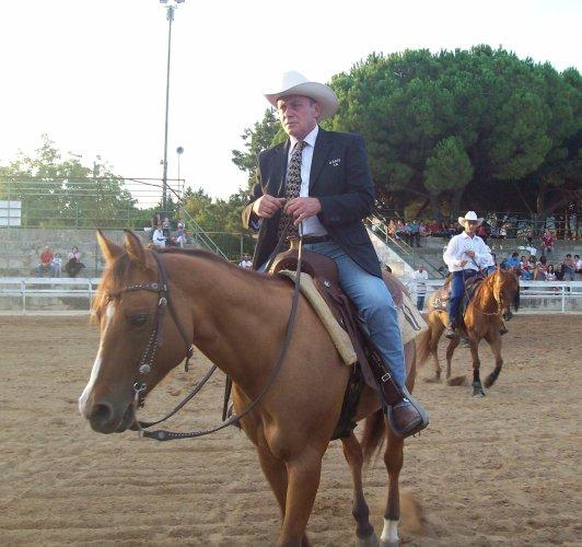 https://www.ragusanews.com/resizer/resize.php?url=https://www.ragusanews.com//immagini_articoli/28-08-2015/1440750719-1-benvenuti-nel-far-west-a-cavallo.jpg&size=532x500c0