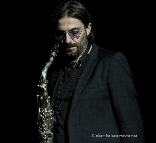 https://www.ragusanews.com/resizer/resize.php?url=https://www.ragusanews.com//immagini_articoli/29-03-2014/1396103792-jazz-max-ionata-sabato-sera--a-scicli.jpg&size=544x500c0
