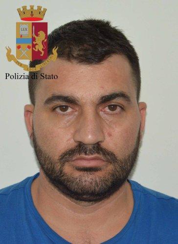 https://www.ragusanews.com/resizer/resize.php?url=https://www.ragusanews.com//immagini_articoli/29-06-2018/1530263132-1-armi-droga-arresti-vittoria.jpg&size=364x500c0