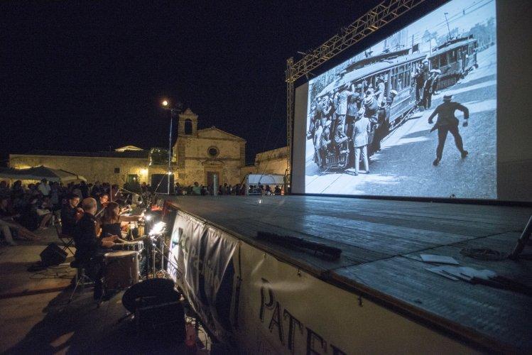 https://www.ragusanews.com/resizer/resize.php?url=https://www.ragusanews.com//immagini_articoli/29-07-2014/1406617090-1-la-gabbia-d-orata-vince-il-festival-di-cinema-di-frontiera.jpg&size=749x500c0