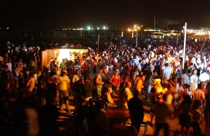 https://www.ragusanews.com/resizer/resize.php?url=https://www.ragusanews.com//immagini_articoli/29-07-2014/1406646856-0-movida-a-marina-di-ragusa-la-guerra-del-tar.jpg&size=770x500c0