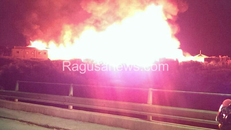 https://www.ragusanews.com/resizer/resize.php?url=https://www.ragusanews.com//immagini_articoli/29-07-2014/1406668154-1-un-incendio-distrugge-lo-chalet-itaparica.jpg&size=885x500c0