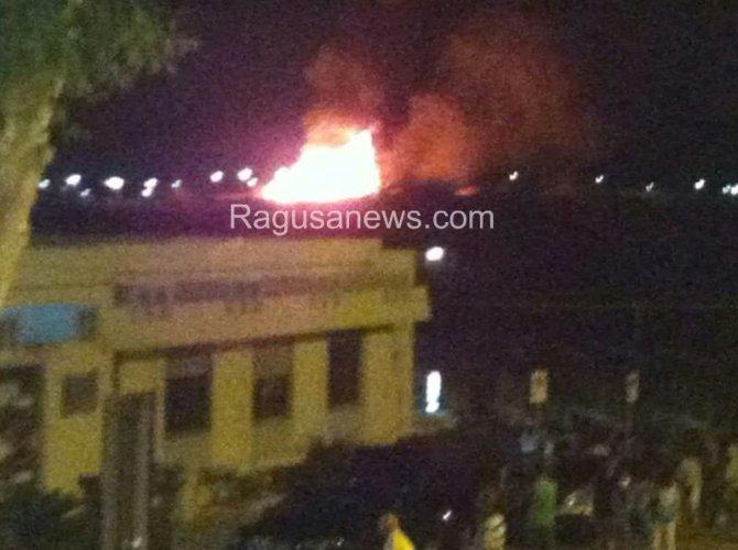 https://www.ragusanews.com/resizer/resize.php?url=https://www.ragusanews.com//immagini_articoli/29-07-2014/1406670149-1-un-incendio-distrugge-lo-chalet-itaparica.jpg&size=670x500c0