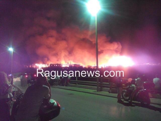 https://www.ragusanews.com/resizer/resize.php?url=https://www.ragusanews.com//immagini_articoli/29-07-2014/1406670150-0-un-incendio-distrugge-lo-chalet-itaparica.jpg&size=667x500c0