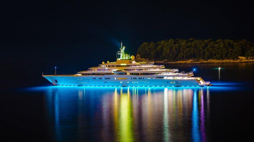 https://www.ragusanews.com/resizer/resize.php?url=https://www.ragusanews.com//immagini_articoli/29-07-2016/1469790690-1-rising-sun-il-mega-yacht-ormeggiato-a-siracusa.jpg&size=889x500c0