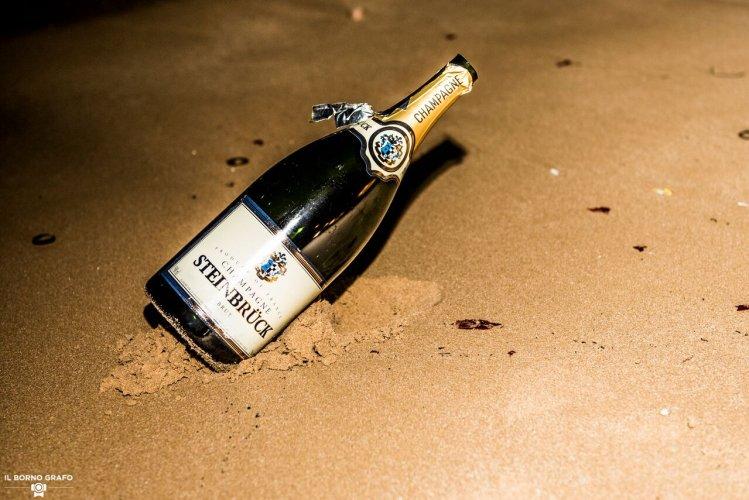 https://www.ragusanews.com/resizer/resize.php?url=https://www.ragusanews.com//immagini_articoli/29-07-2017/1501334693-1-serata-glam-champane-lido-azzurro.jpg&size=749x500c0