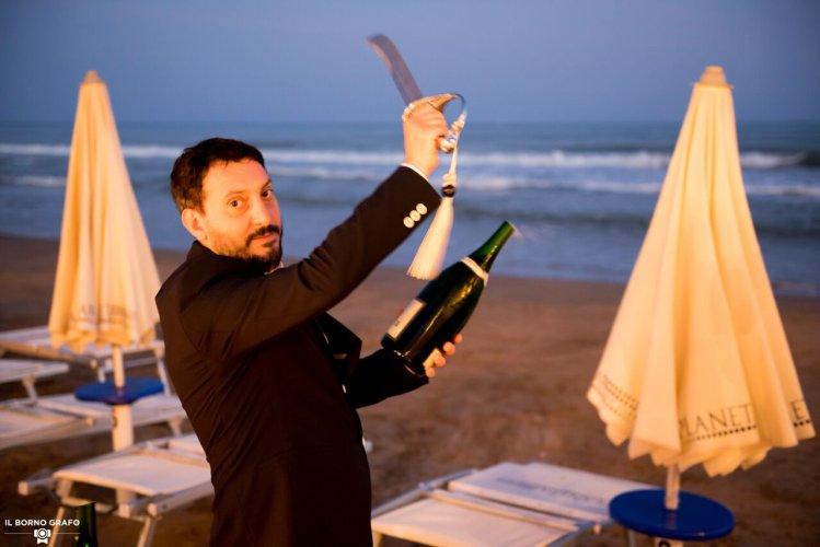 https://www.ragusanews.com/resizer/resize.php?url=https://www.ragusanews.com//immagini_articoli/29-07-2017/1501335503-1-serata-glam-champagne-lido-azzurro.jpg&size=749x500c0