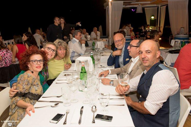 https://www.ragusanews.com/resizer/resize.php?url=https://www.ragusanews.com//immagini_articoli/29-07-2017/1501335922-3-serata-glam-champagne-lido-azzurro.jpg&size=749x500c0