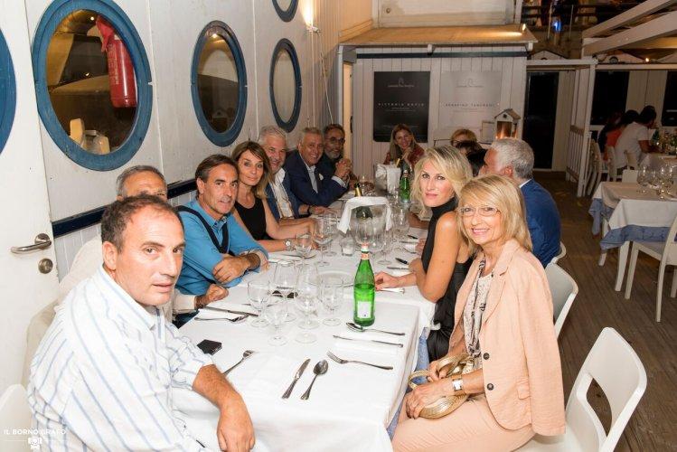 https://www.ragusanews.com/resizer/resize.php?url=https://www.ragusanews.com//immagini_articoli/29-07-2017/1501336801-3-serata-glam-champagne-lido-azzurro.jpg&size=749x500c0