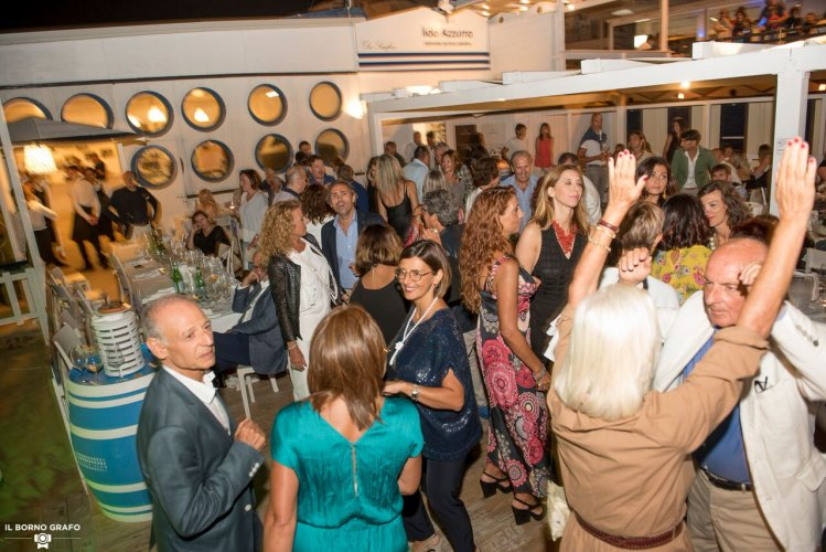 https://www.ragusanews.com/resizer/resize.php?url=https://www.ragusanews.com//immagini_articoli/29-07-2017/1501336928-6-serata-glam-champagne-lido-azzurro.jpg&size=749x500c0