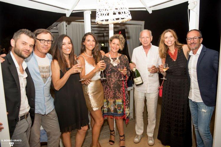 https://www.ragusanews.com/resizer/resize.php?url=https://www.ragusanews.com//immagini_articoli/29-07-2017/1501337394-2-serata-glam-champagne-lido-azzurro.jpg&size=749x500c0