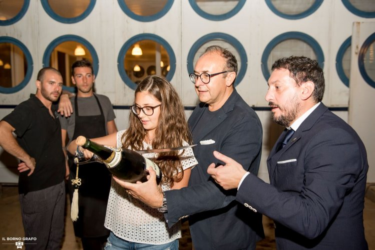 https://www.ragusanews.com/resizer/resize.php?url=https://www.ragusanews.com//immagini_articoli/29-07-2017/1501337394-4-serata-glam-champagne-lido-azzurro.jpg&size=749x500c0