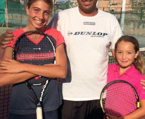 https://www.ragusanews.com/resizer/resize.php?url=https://www.ragusanews.com//immagini_articoli/29-09-2015/1443522791-0-tennis-noemi-e-giada.jpg&size=605x500c0