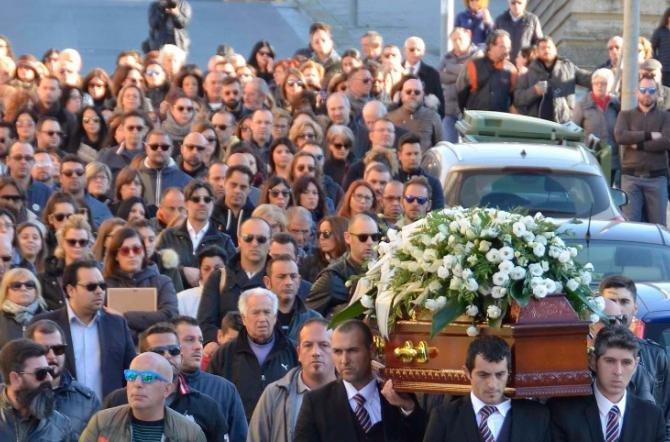 https://www.ragusanews.com/resizer/resize.php?url=https://www.ragusanews.com//immagini_articoli/29-11-2016/1480418760-1-palloncini-bianchi-e-verdi-per-i-funerali-di-pamela.jpg&size=758x500c0