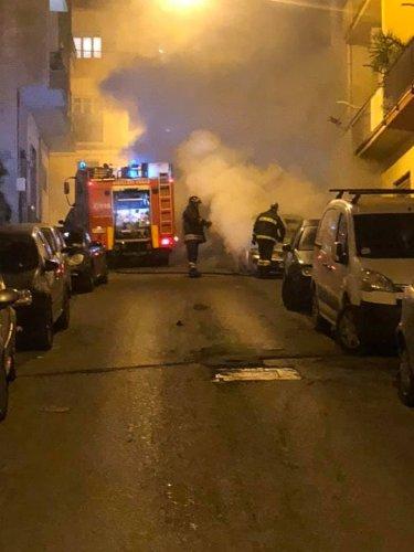 https://www.ragusanews.com/resizer/resize.php?url=https://www.ragusanews.com//immagini_articoli/29-12-2018/1546038742-1-incendio-audi-risorgimento-ragusa.jpg&size=375x500c0