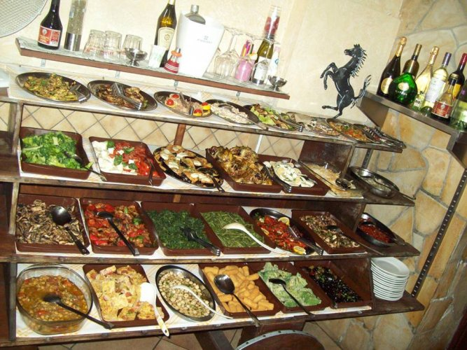 https://www.ragusanews.com/resizer/resize.php?url=https://www.ragusanews.com//immagini_articoli/30-03-2018/1522412722-2-vero-street-food-carne-cavallo-catania.jpg&size=667x500c0