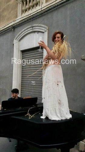 https://www.ragusanews.com/resizer/resize.php?url=https://www.ragusanews.com//immagini_articoli/30-05-2016/1464645089-1-c-e-una-donna-nuda-coperta-di-cioccolato-al-corso-di-modica.jpg&size=281x500c0