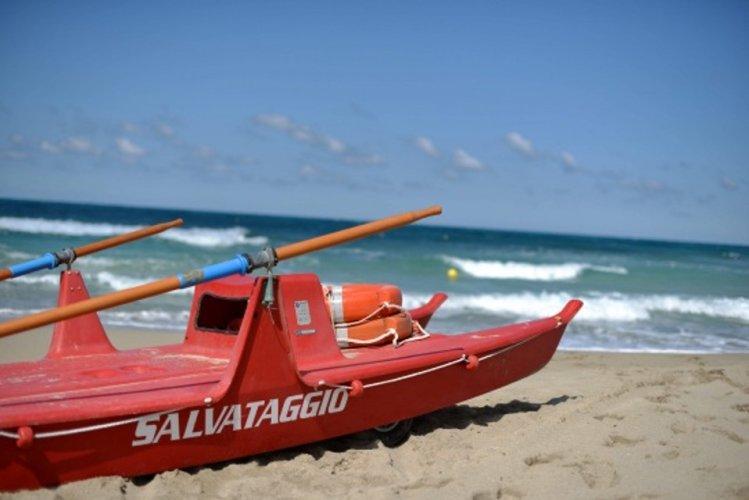 https://www.ragusanews.com/resizer/resize.php?url=https://www.ragusanews.com//immagini_articoli/30-06-2014/1404156289-0-a-marina-di-modica-e-maganuco-i-bagnini.jpg&size=749x500c0