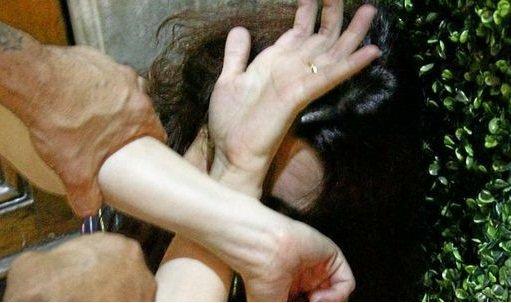 https://www.ragusanews.com/resizer/resize.php?url=https://www.ragusanews.com//immagini_articoli/30-06-2015/1435673273-0-picchia-la-moglie-davanti-alla-figlia-arrestato-33enne.jpg&size=843x500c0
