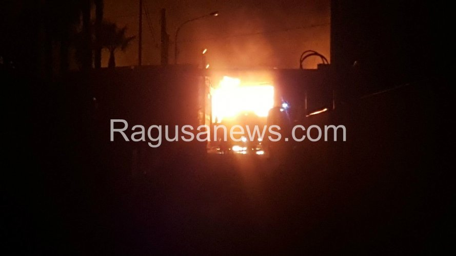 https://www.ragusanews.com/resizer/resize.php?url=https://www.ragusanews.com//immagini_articoli/30-06-2017/1498802010-2-devastante-incendio-comiso.jpg&size=889x500c0