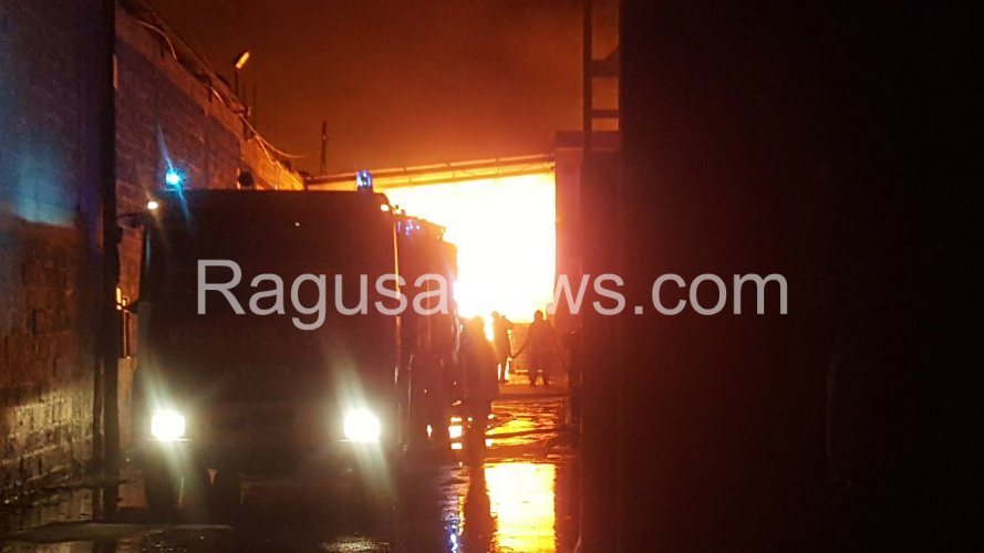 https://www.ragusanews.com/resizer/resize.php?url=https://www.ragusanews.com//immagini_articoli/30-06-2017/1498802010-3-devastante-incendio-comiso.jpg&size=889x500c0