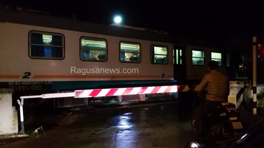 https://www.ragusanews.com/resizer/resize.php?url=https://www.ragusanews.com//immagini_articoli/30-09-2015/1443638459-0-il-treno-fermo-non-si-sa-perche.jpg&size=889x500c0