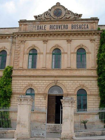 https://www.ragusanews.com/resizer/resize.php?url=https://www.ragusanews.com//immagini_articoli/30-10-2009/1396862356-l-on-ragusa-davanti-al-cancello-del-busacca.jpg&size=375x500c0