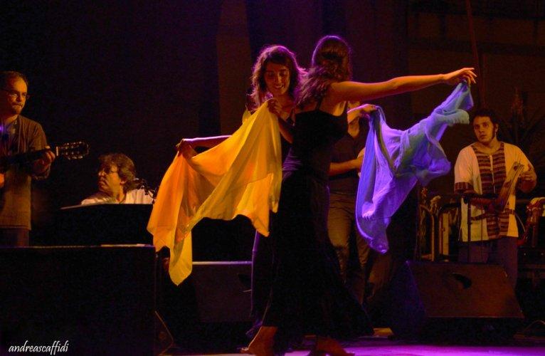 https://www.ragusanews.com/resizer/resize.php?url=https://www.ragusanews.com//immagini_articoli/31-01-2013/1396120884-faciti-rota-la-musica-popolare-a-ragusa.jpg&size=766x500c0