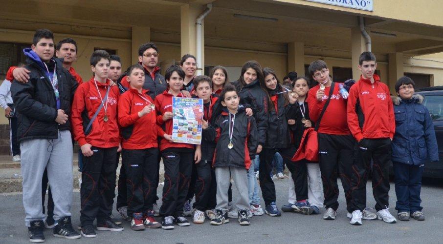 https://www.ragusanews.com/resizer/resize.php?url=https://www.ragusanews.com//immagini_articoli/31-03-2012/1396122212-judo-gli-atleti-piu-piccoli-salgono-sul-podio-all8-torneo-citta-di-paola.jpg&size=906x500c0