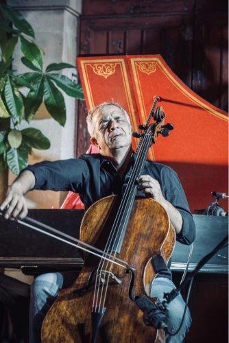 https://www.ragusanews.com/resizer/resize.php?url=https://www.ragusanews.com//immagini_articoli/31-03-2018/1522500008-1-violoncello-ghiaccio-sole-scicli-giovanni-sollima-gira-video.jpg&size=334x500c0